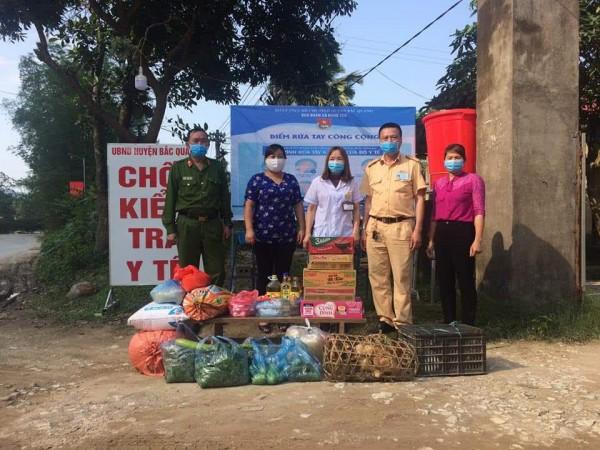 Tặng quà động viên lực lượng thường trực tại chốt kiểm tra y tế Đồng Yên