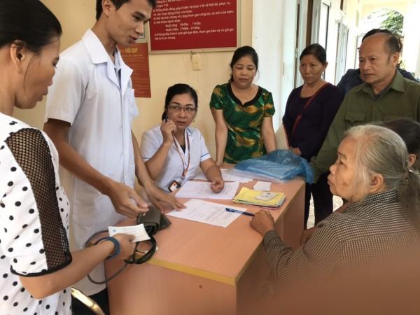 Trung tâm Y tế huyện Bắc Quang khám sàng lọc bệnh tăng huyết áp tại xã Vĩnh Hảo