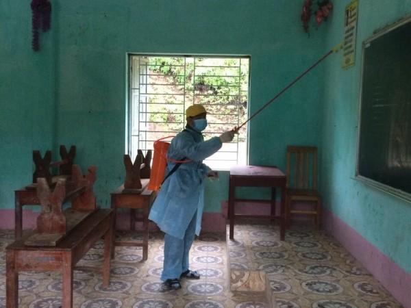 Trung tâm Y tế huyện Bắc Quang tiến hành phun hóa chất khử khuẩn phòng chống dịch bệnh viêm đường hô hấp cấp do chủng mới của vi rút Corona